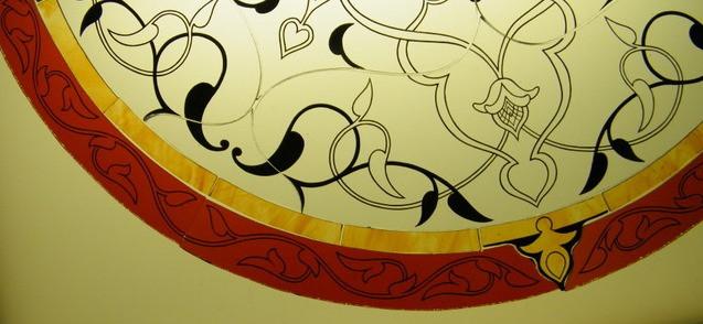 particolare delle linee di grisaglia di una vetrata artistica in stile arabo