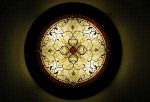 Lampada con vetrata circolare e motivo arabo