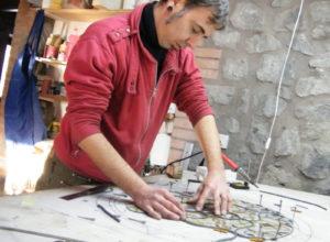 Ikostudio, Diego Tolomelli tessendo una vetrata artistica a piombo, nella categoria vetrate artistiche tradizionali con pittura su vetro a grisaglia e smalti