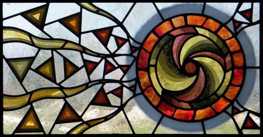 Vetrata artistica con spirale, molto moderna e contemporanea, realizzata da Ikostudio con vetri soffiati e pittura su vetro a grisaglia