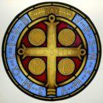 Vetrata con Croce di San Benedetto