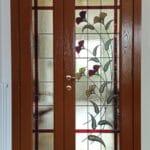 Puerta artesanal con flores