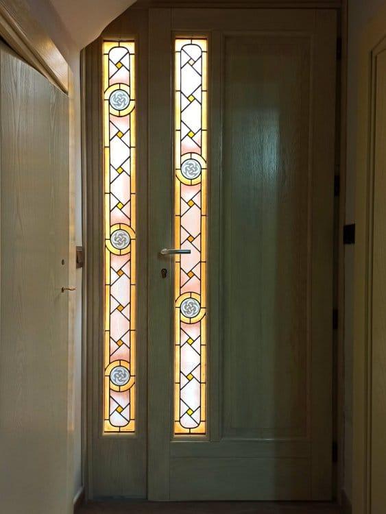 Puerta artesanal con vitrales
