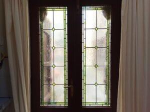 Porta con vetrate artistiche semplici ed eleganti